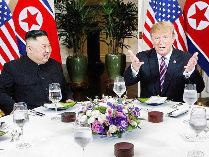 Tổng thống Donald TrumpvàChủ tịch Triều Tiên Kim Jong-unđã có bữa ăn tối thân thiện vào tối ngày 27-2, ở khách sạn Sofitel Legend Metropole (Hà Nội). Ảnh: CNN.