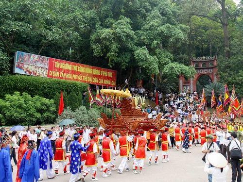 Lễ hội truyền thống của người dân xung quanh khu DTLS Đền Hùng.