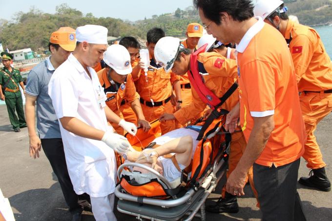 Nạn nhân được tàu tìm kiếm cứu nạn đưa về bờ. Ảnh minh họa