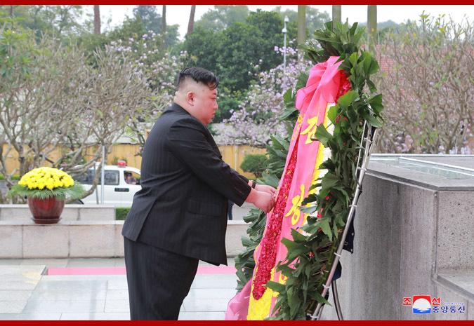Chủ tịch Kim Jong-un dâng vòng hoa ở Đài tưởng niệm anh hùng liệt sĩ Bắc Sơn