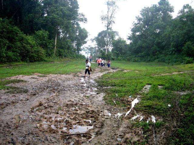 Cơ sở hạ tầng, giao thông khó khăn, nhất là mùa mưa bão cũng là một trong những nguyên nhân làm sụt giảm sĩ số học sinh ở huyện Nam Trà My