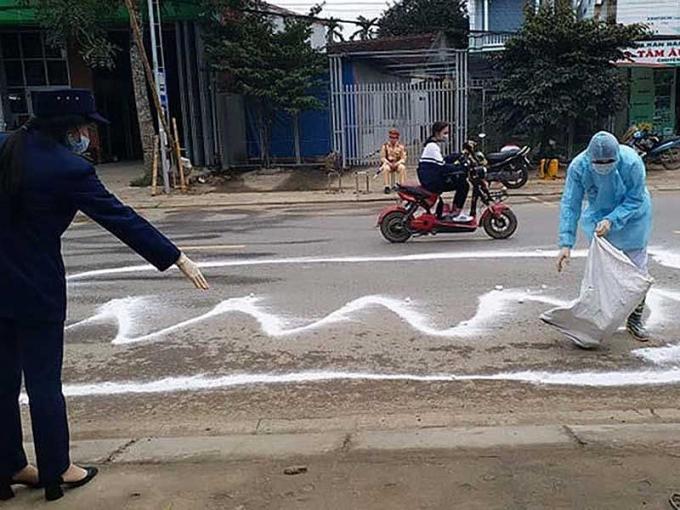 Khoanh vùng, phun thuốc khử trùng, tiêu độc tại khu vực phát hiện ổ dịch tả heo châu Phi tại Thanh Hóa. Ảnh: ĐẶNG TRUNG