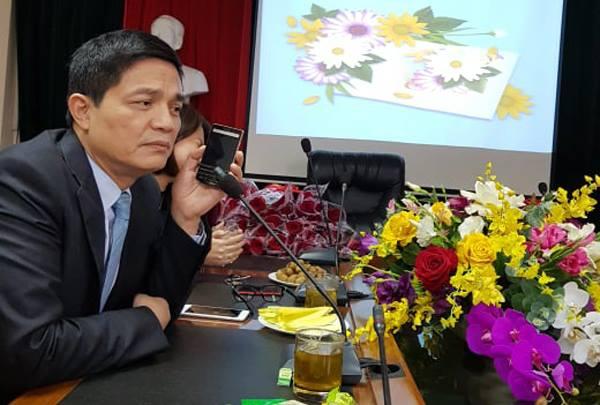 Ông Nguyễn Thanh Phong, Cục trưởng Cục An toàn thực phẩm nhận được cuộc gọi tư vấn về sản phẩm bảo vệ sức khỏe Bà Dung ngay trong cuộc họp.