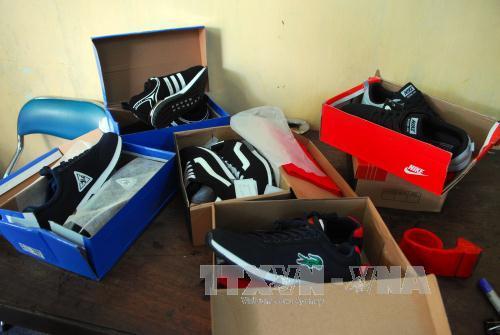 Nhiều thương hiệu giày nổi tiếng bị làm giả. Ảnh minh họa: Mạnh Linh/TTXVN