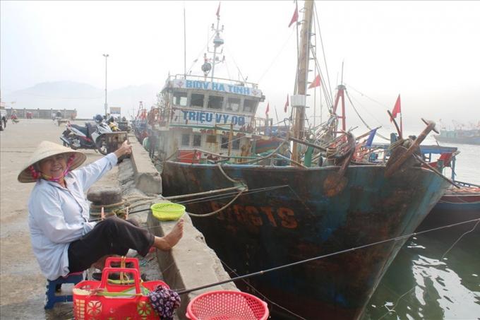 """Tàu vỏ thép của ngư dân Trần Xuân Sinh đang nằm bờ vì theo chủ tàu """"càng ra khơi càng thua lỗ""""."""