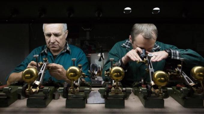 Tập đoàn Alrosa, Nga đang khai thác kim cương tại Zimbabwe. Trong ảnh, công nhân đang mài cắt đá quý ở Moskva. Ảnh: Bloomberg