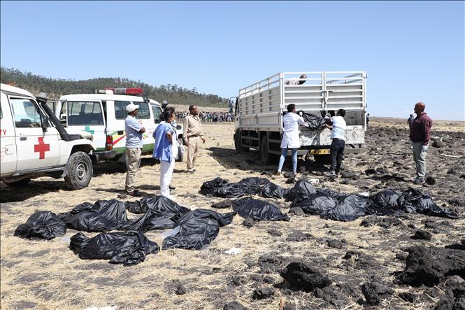 Lực lượng cứu hộ chuyển thi thể nạn nhân tại hiện trường vụ rơi máy bay của hãng hàng không Ethiopian Airlines, gần Bishoftu, Ethiopia, ngày 10/3/2019. Ảnh: AFP/TTXVN