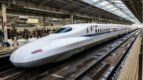 Đường sắt tốc độ cao Bắc-Nam nếu được đầu tư sẽ rút ngắn thời gian chạy tàu từ Hà Nội-Thành phố Hồ Chí Minh chỉ còn gần 7 giờ, giảm áp lực lên vận tải đường bộ và tai nạn giao thông.