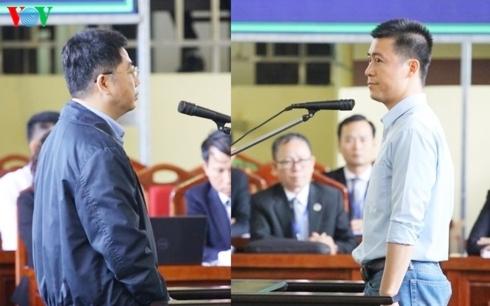 Hai bị cáo Phan Sào Nam (phải) và Nguyễn Văn Dương.