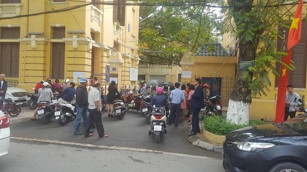 Nhóm người liên tục quây kín cổng, ngăn cản hoạt động của Sở.