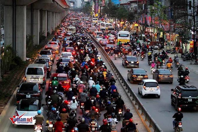 Hàng dài xe cộ nhích từng chút trên đường Nguyễn Trãi.