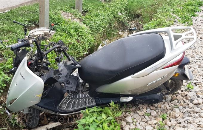 Chiếc xe máy bị tông văng xa khoảng 50m và bị hư hỏng nặng. Ảnh: NT