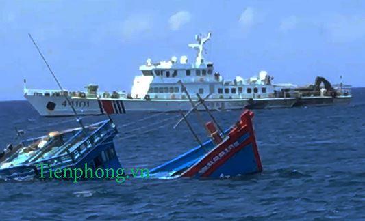 Hình ảnh tàu Trung Quốc mang số hiệu 44101 thả neo cách tàu cá gặp nạn khoảng 1 hải lý, để ngư dân tự tổ chức cứu nạn. Ảnh cắt từ clip trên biển.