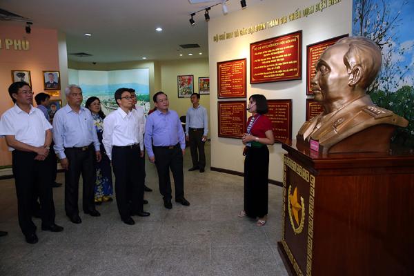 Phó Thủ tướng Vũ Đức Đam thăm Bảo tàngChiến thắng lịch sử Điện Biên Phủ.