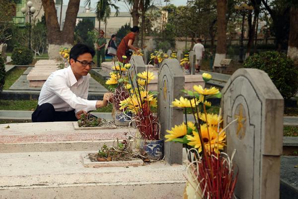 Phó Thủ tướng Vũ Đức Đam thắp hương viếng các anh hùng, liệt sĩtại Nghĩa trang liệt sĩ Đồi A1.