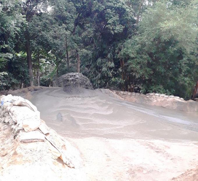 Bãi tập kết trái phép dọc sông Hương.
