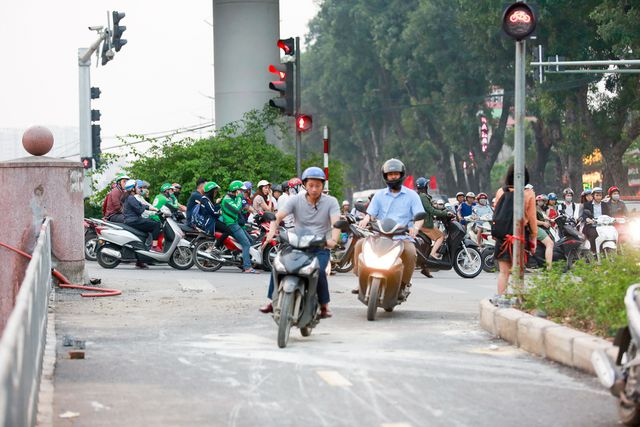 Vào giờ tan tầm, rất nhiều người điều khiển xe máy thiếu ý thức đã bất chấp tất cả, lao vào làn đường vốn không dành cho phương tiện xe máy. Trong khi đó, ại mỗi điểm giao cắt đều được lắp đặt biển báo cùng với đèn tín hiệu làn đường dành riêng cho xe đạp, người đi bộ.