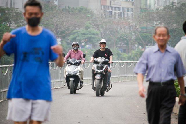 Tuy chưa chính thúc đi vào sử dụng, nhưng nhiều người dân đã thường xuyên đi bộ trên con đường mới dọc sông Tô Lịch.