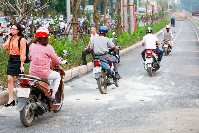 Người đi bộ này phải nép vội vào dải phân cách vì quá sợ hãi trước sự bất chấp của một số người đi xe máy.