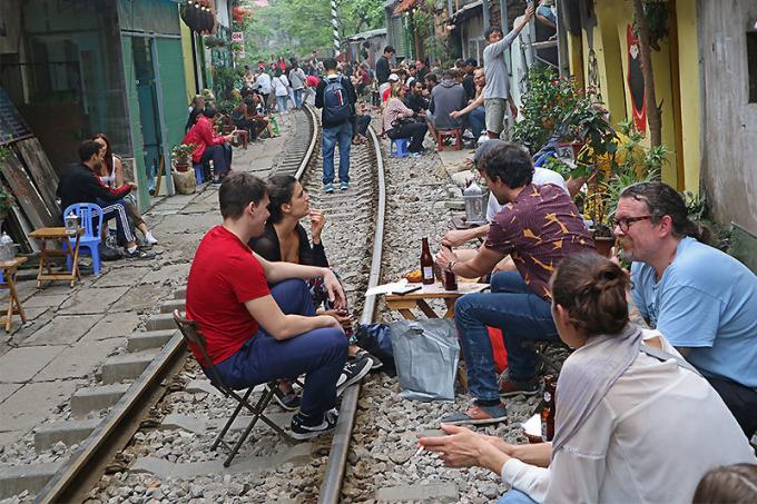 Những quán cà phê được mở mới san sát dọc tuyến đường sắt này.