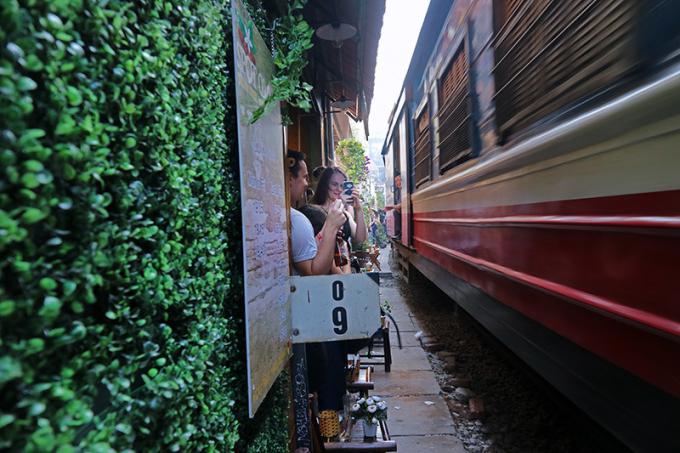 Nhiều chỗ, khách chỉ cách đoàn tàu chừng 0,4 mét rất nguy hiểm.