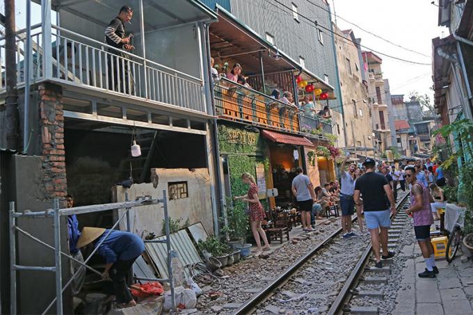 Lượng khách ngày một đông nên các quán cà phê chỉ cách đường ray chừng hơn 1 mét mọc thêm khá nhiều.