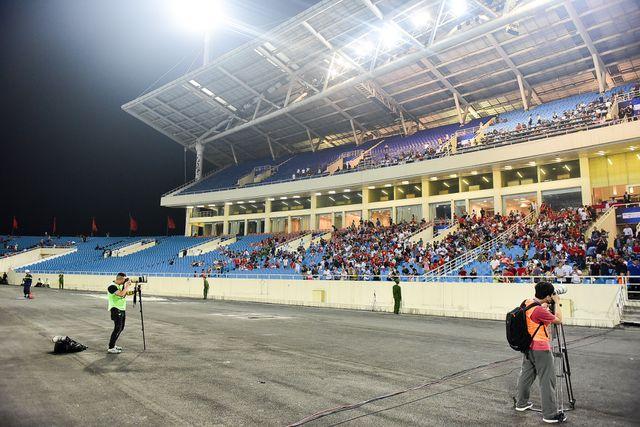 Mọi cổ động viên tập trung vào giữa các khán đài như A-B, còn phía bên hai cánh của khán đài thì xuất hiện nhiều ghế trống..