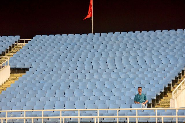 Đặc biệt khán đài D, vắng vẻ một người đàn ông ngồi xem giữa hàng loạt ghế còn trống.