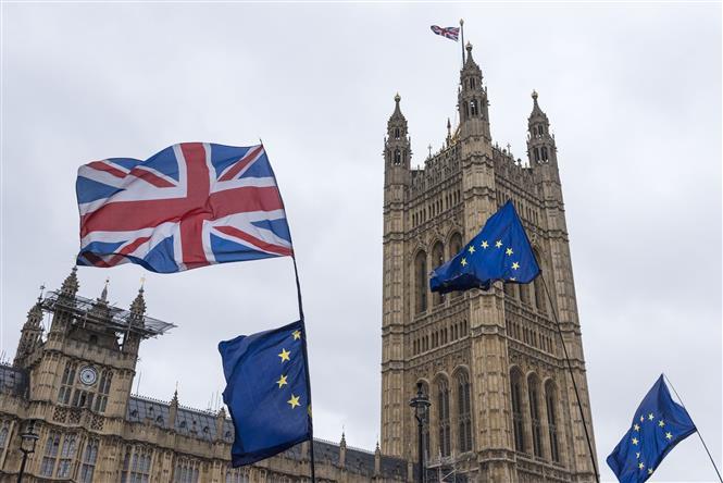 Cờ EU (phải) và quốc kỳ Anh (trái, phía trên) bên ngoài tòa nhà Quốc hội Anh ở London ngày 6/3/2019. Ảnh: THX/TTXVN