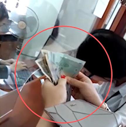 Cảnh người dân đưa tiền làm hộ chiếu nhanh cho cán bộ Bắc Giang