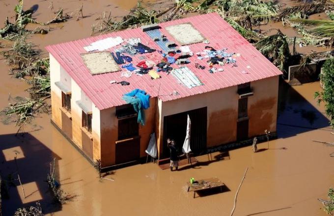 Liên Hợp Quốc cho biết dịch tả đã bùng phát tại thành phố cảng Beira, nơi đầu tiên hứng chịu bão Idai. Tổ chức Trăng lưỡi liềm đỏ đang nỗ lực hết sức để cứu trợ những vùng bị thiệt hại.