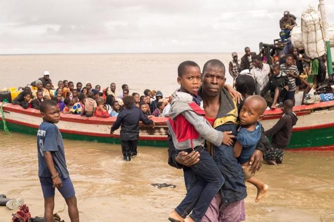 Những người sống sót sau cơn bão Idai được đưa đến một trung tâm sơ tán ở Beira, Mozambique.