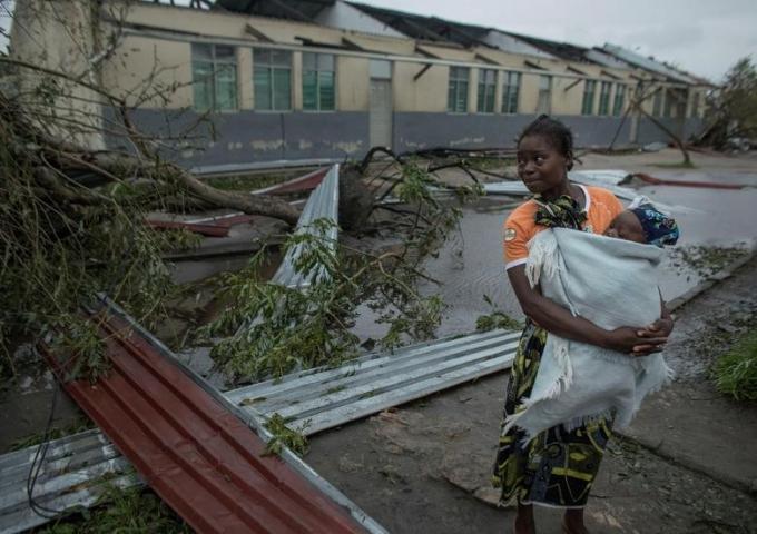 Phần lớn nhà cửa bị tốc mái khiến người dânMozambique phải sống trong cảnh màn trời chiếu đất.