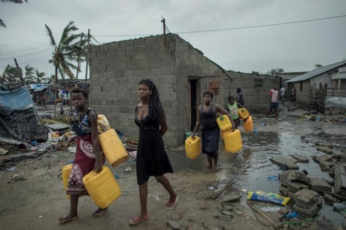 Điều đáng lo ngại nhất là nguy cơ bùng phát dịch bệnh do tình trạng thiếu nước sạch và các điều kiện vệ sinh cần thiết. Theo các tổ chức cứu trợ, nhiệm vụ cấp bách lúc này là ngăn chặn một đợt tàn phá thứ hai bắt nguồn từ tình trạng lũ lụt, thiệt hại mùa màng, nạn đói và dịch bệnh.