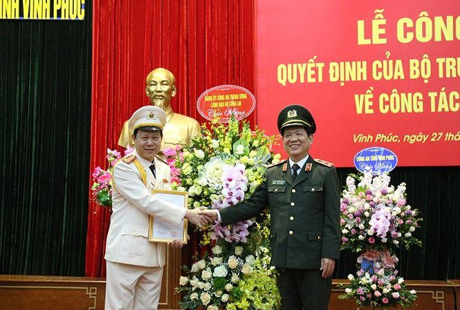 Trung tướng Nguyễn Văn Sơn, Thứ trưởng Bộ Công an trao quyết định của Bộ trưởng Bộ Công an bổ nhiệm Đại tá Đinh Ngọc Khoa.