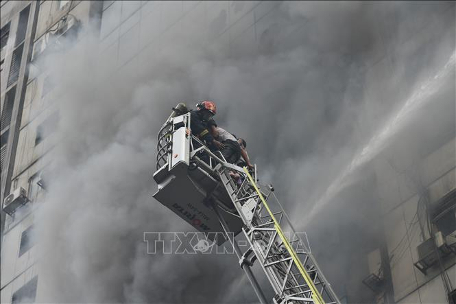 Lực lượng cứu hỏa nỗ lực dập lửa tại hiện trường vụ cháy tòa nhà thương mại 22 tầng ở Dhaka, Bangladesh ngày 28/3/2019. Ảnh: THX/TTXVN