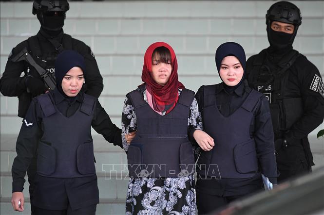 Cảnh sát áp giải Đoàn Thị Hương (giữa) rời Tòa Thượng thẩm Shah Alam ở ngoại ô Kuala Lumpur, Malaysia, ngày 14/3/2019. Ảnh: AFP/TTXVN