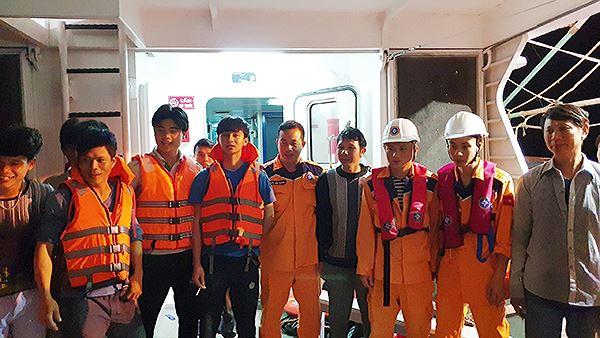 16 thuyền viên trên tàu được cấp cứu kịp thời đưa vào đất liền an toàn