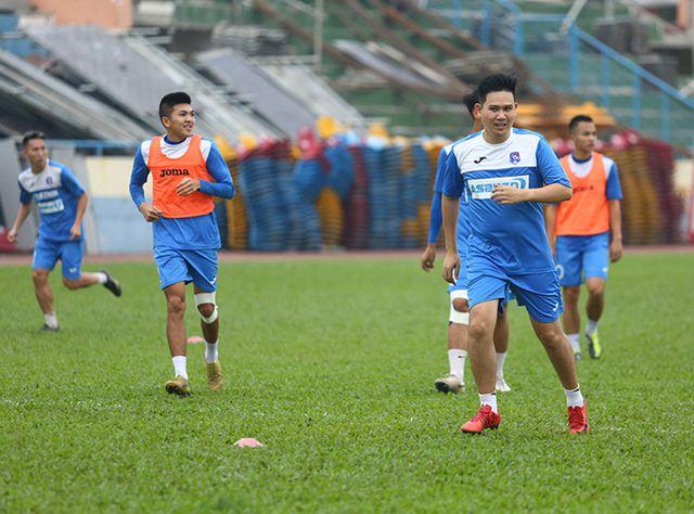 Bầu Tam có mặt trên sân tập cùng đội Than Quảng Ninh.