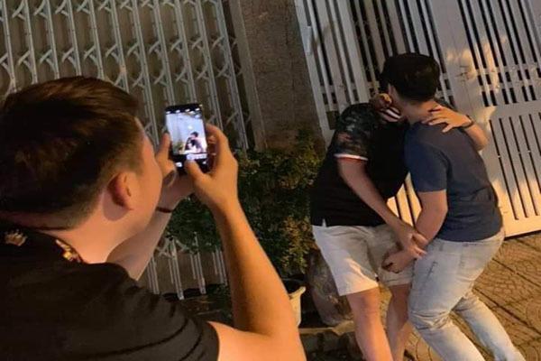 Một nhóm người đến nhà Linh, tạo dáng như ông này làm với bé gái chụp hình đăng lên mạng.