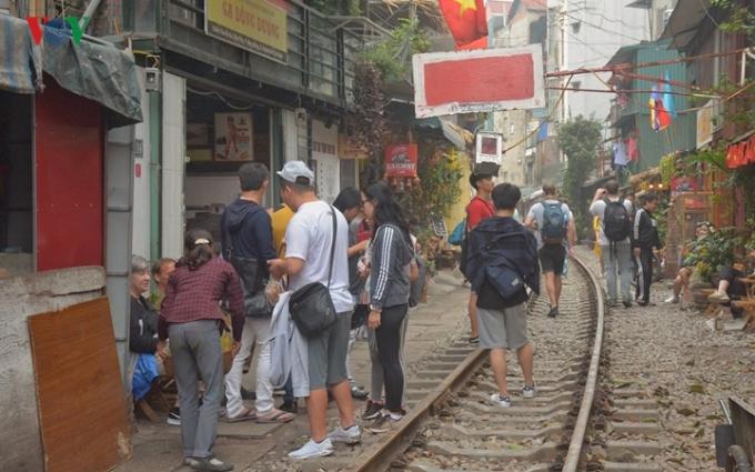 Những năm gần đây, các quán cà phê phục vụ du khách mọc lên san sát dọc tuyến đường ray xe lửa ở Hà Nội dù chúng tiềm ẩn nhiều rủi ro đã được báo chí cảnh báo.