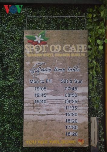 Tấm bảng thông báo này của một quán cà phê đường tàu trên đó ghi thời gian tàu tới trong ngày.