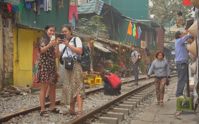 Du khách nước ngoài tới đây thường rất thích thú chụp cho nhau những tấm hình