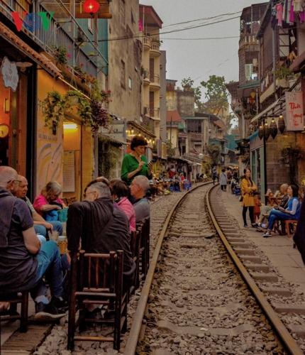 Vào mỗi dịp cuối tuần, các quán cà phê dọc theo đường tàu thường đông nghẹt khách, chủ yếu là khách nước ngoài.