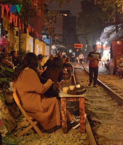 Những hình ảnh khách ngồi sát đường ray ăn uống, chụp ảnh... không phải là điều xa lạ tại các quán cà phê này. Nó cũng cho người xem cảm giác mất an toàn.