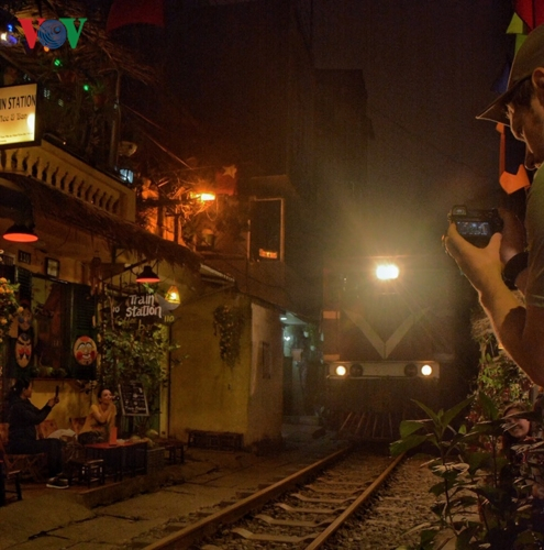 Mỗi khi đoàn tàu chạy qua, khách tây và ta phải nép mình vào những khoảng không gian chật hẹp hai bên đường tàu. Dù mang lại cảm giác lạ nhưng cũng rất nguy hiểm nếu khách mất tập trung.