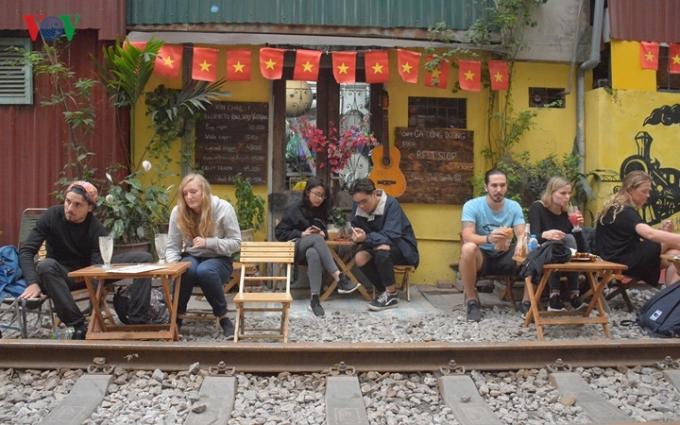 Những quán cà phê ở phố đường ray đang vi phạm Luật Đường sắt và tiềm ẩn nhiều nguy cơ xảy ra tai nạn nghiêm trọng, đe doạ tính mạng của con người. Tuy nhiên, các quán này vẫn hoạt động mà không có cơ quan chức năng nào xử lý.