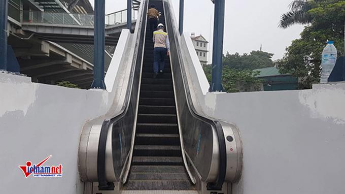 Hệ thống mái che thang cuốn lên các nhà ga đang được bổ sung hoàn thiện