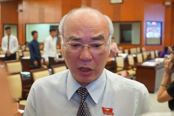 Ông Phan Nguyễn Như Khuê trao đổi với báo chí bên hàng lang kỳ họp HĐND TPHCM chiều nay. Ảnh: M.Q