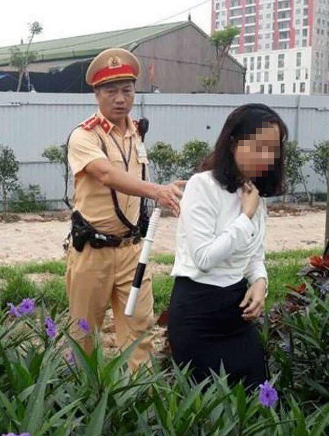 Nữ tài xế được các chiến sĩ Đội CSGT số 6 đưa về trụ sở trong trạng thái hoảng loạn.